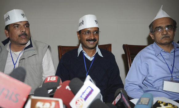 नई दिल्ली में अपनी राजनीतिक पार्टी 'आम आदमी पार्टी' की घोषणा के बाद अरविंद केजरीवाल अपने सहयोगियों के साथ।