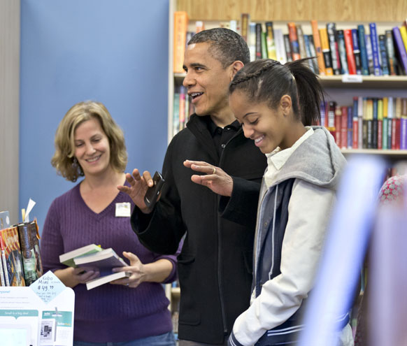 वा के आर्लिंगटन के एक बुकस्टोर पर राष्ट्रपति बराक ओबामा अपनी पुत्री मालिया के साथ।