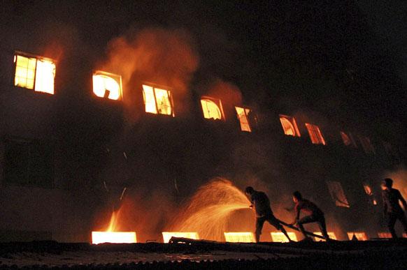 ढाका से 30 किलोमीटर दूर तजरीन फैशन फैक्ट्री में लगी आग। इस आग में 100 से अधिक लोग मारे गए हैं।