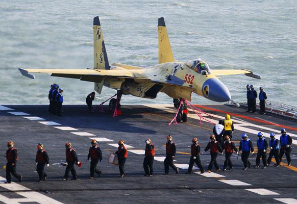 चीन के पहले लड़ाकू विमान वाहक पोत पर जे-15 युद्धक विमान की तस्वीर। इस तस्वीर को समाचार एजेंसी सिन्हुआ ने जारी किया है।