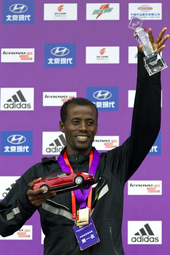 बीजिंग इंटरनेशनल मैराथन 2012 जीतने के बाद बीजिंग में इथोपिया के तारिकू जुफार ट्रॉफी के साथ।