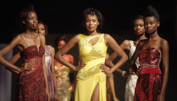 नाइजीरिया के लोगास में टॉप सुपर मॉडल प्रतियोगिता में हिस्सा लेती मॉडल्स।