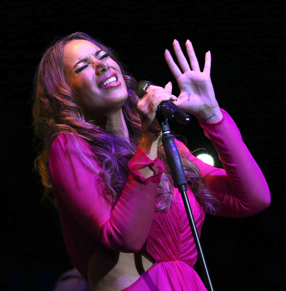 सिंगापुर में ब्रिटेश गायिका लियोना लेविस अपनी पस्तुति देती हुई।