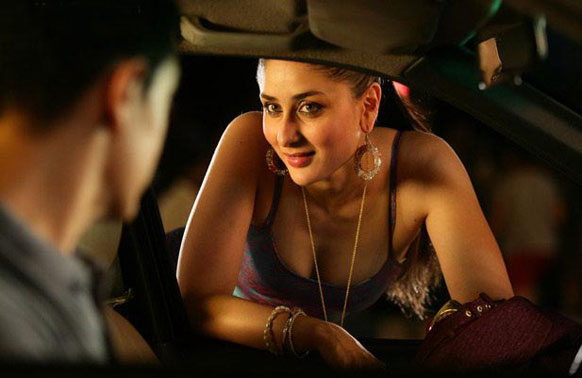 फिल्म 'तलाश' के एक सीन में करीना कपूर और आमिर खान।
