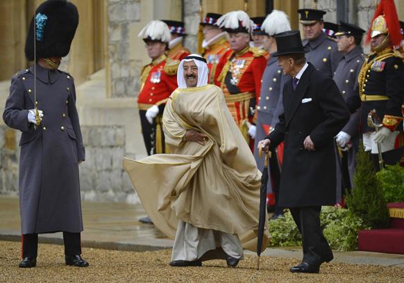 दक्षिण पूर्व इंग्लैंड के विंसर में विंसर कास्टेल में कुवैत के `कुवैत के अमीर शेख सबा अल-अहमद अल-सबा के साथ आइरिश गार्ड के पहले बटालियन का निरीक्षण करते ब्रिटेन के प्रिंस फिलिप।
