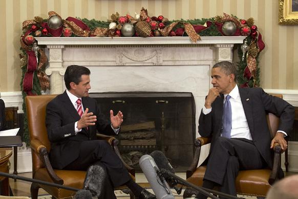 वाशिंगटन में व्हाइट हाउस के ओवल कार्यालय में बैठक से पहले बातचीत करते अमेरिकी राष्ट्रपति बराक ओबामा और मेक्सिको के राष्ट्रपति।