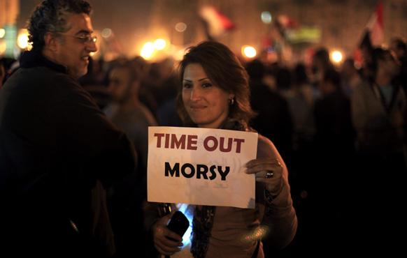 मिस्र की राजधानी काहिरा के तहरीर चौक पर मिस्र के राष्ट्रपति मोहम्मद मोरसी के खिलाफ प्रदर्शन करते प्रदर्शनकारी।