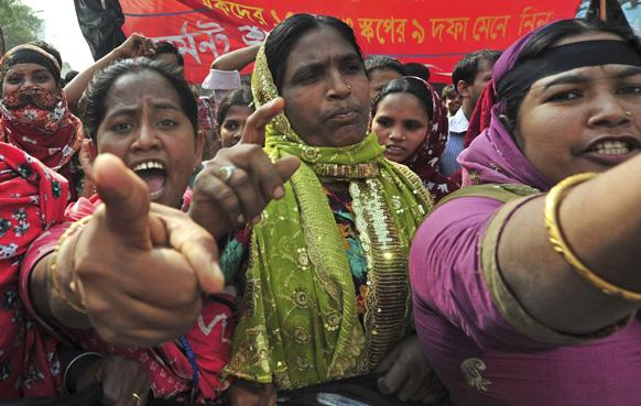 ढाका के बाहरी इलाके में शनिवार को कपड़ा फैक्ट्री में लगी आग में मारे गए कर्मचारियों के परिजनों ने सड़कों पर निकलकर प्रदर्शन किया।