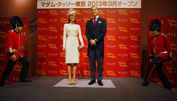 टोक्यो में द डचेज ऑफ कैंब्रिज में एक समारोह के दौरान स्टेज शो में ब्रिटेन के प्रिंस विलियम और उनकी पत्नी केट की मोम की आकृति को ब्रिटिश गार्ड ऑफ ऑनर दिया गया।