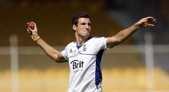 अभ्यास सत्र के दौरान इंग्लैंड के खिलाड़ी स्टीवन फिन्न वॉल थ्रो करते हुए।