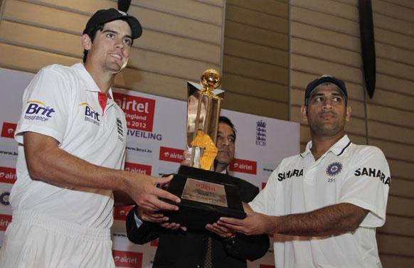 भारत-इंग्लैंड टेस्ट सीरीज की ट्रॉफी से साथ इंग्लैंड के कप्तान एलेस्टर कुक और टीम इंडिया के कप्तान महेंद्र सिंह धोनी।