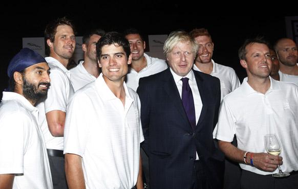 मुंबई में एक रिसेप्शन के दौरान मेयर ऑफ लंदन बोरिस जॉनसन के साथ पोज देते हुए इंग्लैंड क्रिकेट टीम के खिलाड़ी।