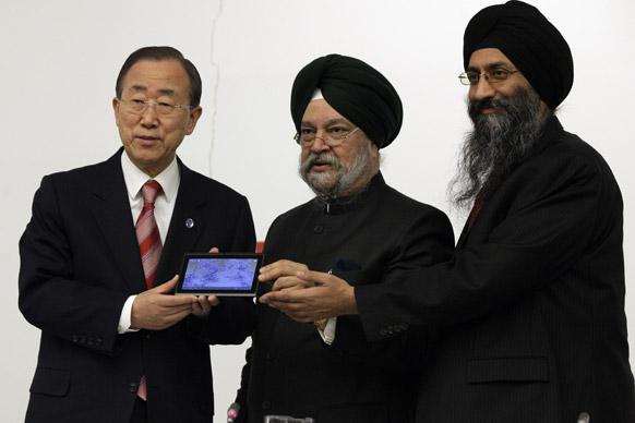 यूएन हेडक्वार्टर में संयुक्त राष्ट्र के महासचिव बॉन की मून को आकाश-2 टैबलेट भेंट करते हुए डाटाविंड कंपनी के सीईओ सुनीत सिंह टुली।साथ हैं यूएन में भारत के अंबेसेडर हरदीप सिंह पुरी।