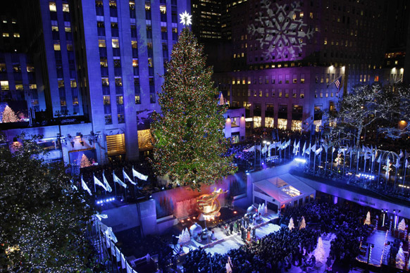 न्यूयार्क में 80वें सालाना ट्री लाइटिंग सेरेमनी के दौरान रॉकफेलर सेंटर क्रिसमस ट्री को आकर्षक ढंग से सजाया गया।