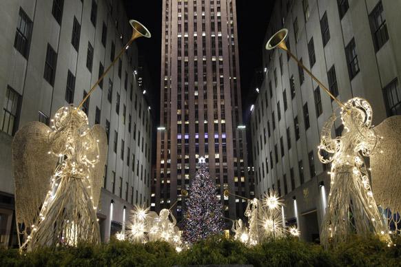 न्यूयार्क में 80वें सालाना ट्री लाइटिंग सेरेमनी के दौरान रॉकफेलर सेंटर क्रिसमस ट्री जगमगाता हुआ।