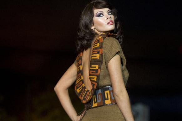 पेरू के लीमा में एंडियन फैशन शो के दौरान डिजाइनर परिधानों का प्रदर्शन करती हुई एक मॉडल।