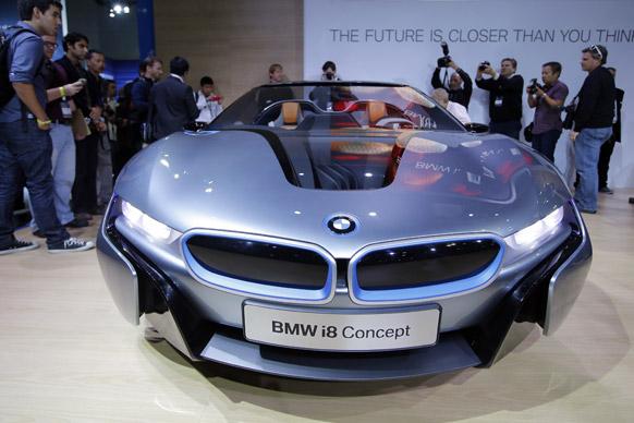 लॉस एंजिल्स में एलए ऑटो शो के दौरान प्रदर्शित की गई कॉन्सेप्ट कार BMW i-8.