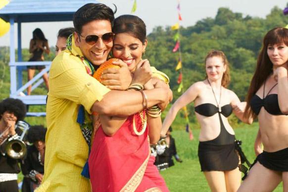 फिल्म 'खिलाड़ी 786' के एक सीन में असिन के साथ अक्षय कुमार।