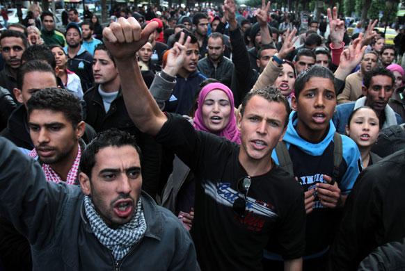 ट्यूनिशिया के सिलियाना शहर में प्रदर्शन के दौरान पुलिस की हिंसक कार्रवाई के खिलाफ प्रदर्शन करते ट्यूनिशियाई जनता।