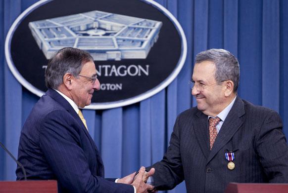 पेंटागन में संयुक्त संवाददाता सम्मेलन के दौरान इजरायल के रक्षा मंत्री इहुद बराक का से हाथ मिलाते अमेरिका के विदेश सचिव लियोन पेनेटा।