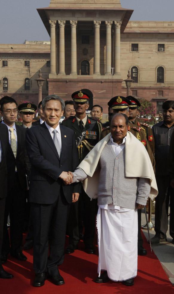 नई दिल्ली के रक्षा मंत्रालय में गार्ड ऑफ ऑनर समारोह में पहुंचे दक्षिण कोरिया के रक्षा मंत्री किम क्वान-जिन से हाथ मिलाकर स्वागत करते भारतीय रक्षा मंत्री ए.के.एंटनी।