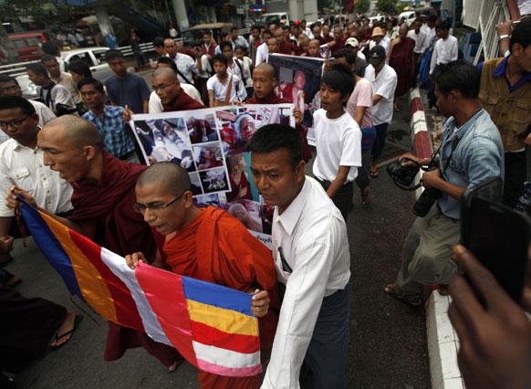 म्यांमार में प्रदर्शनकारियों पर हुई कार्रवाई के खिलाफ रैली निकालते बौद्ध भिक्षु।