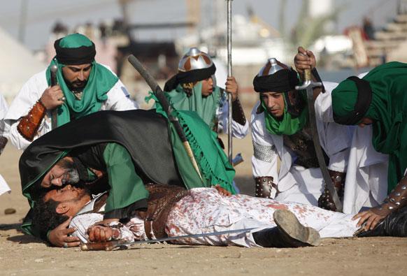 बगदाद के सद्र सिटी में अशूरा उत्सव के दौरान शिया सम्प्रदाय के लोग कर्बला की जंग को प्रस्तुत करते हुए।