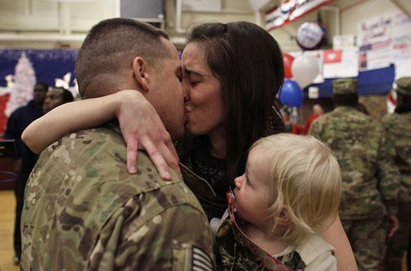 अफगानिस्तान से कोलोराडो स्प्रिंग्स लौटने पर अपने परिवार से मिलता एक सैनिक।