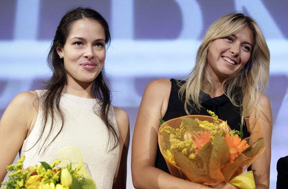 मिलान में मैच की समाप्ति के बाद रूस की मारिया शारापोवा और सर्बिया की एना इवानोविक।