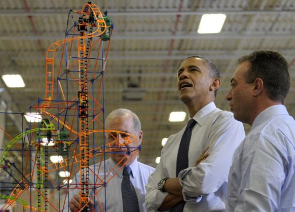 पा के हैटफिल्ड में एक रोलरकोस्टर का निरीक्षण करते अमेरिकी राष्ट्रपति बराक ओबामा।