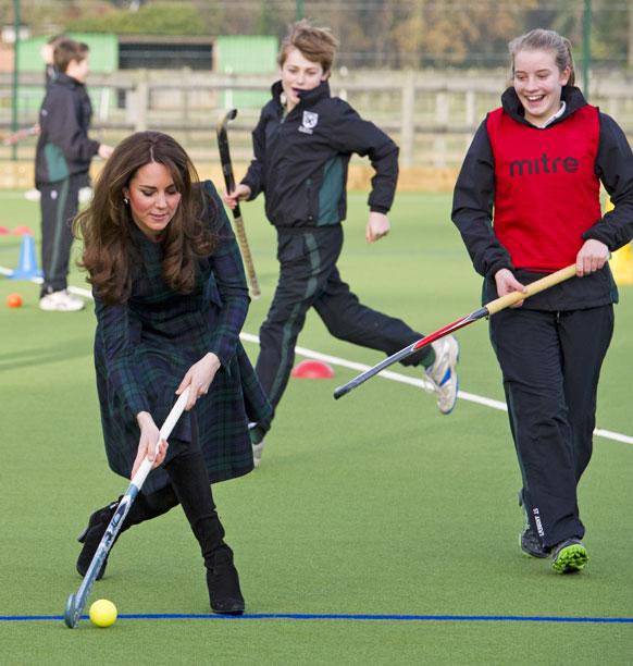 इंग्लैंड के अपने स्कूल सेंट एंड्रिउ में हॉकी खेलतीं डचेज आफ कैम्ब्रिज केट मिडलटन।