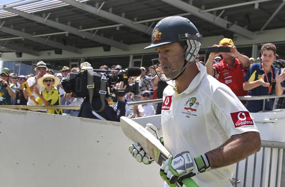 पर्थ में दक्षिण अफ्रीका के खिलाफ बल्लेबाजी करने जाते आस्ट्रेलियाई खिलाड़ी रिकी पॉन्टिंग।