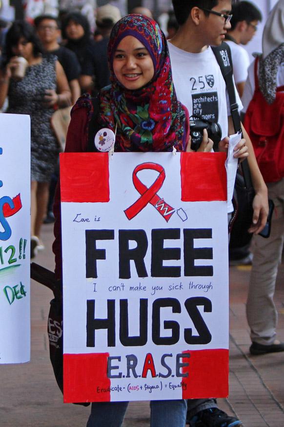 कुआलालम्पुर में एड्स के बारे में जागरूकता फैलाती एक स्वयंसेवक।