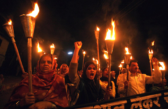 भोपाल में भोपाल गैस त्रासदी के पीड़ित और समर्थक मशाल रैली के दौरान।