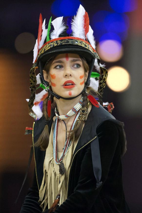 पेरिस में 'स्टाइल एंड कम्पिटिशन फॉर एमेड' में हिस्सा लेती प्रिंसेस कारोलाइन हनओवर की बेटी।