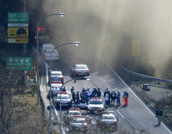 सेंट्रल जापान में स्मॉक के बीच टनल पार करती गाड़ियां।