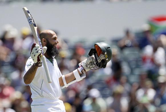 पर्थ में ऑस्ट्रेलिया के खिलाफ टेस्ट मैच में दक्षिण अफ्रीका के बल्लेबाज हाशिम अमला शतक बनाने के बाद खुशी का इजहार करते हुए।