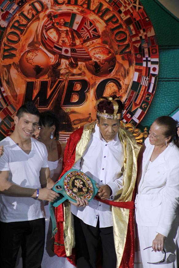 कानकुन में एक समारोह के दौरान वर्ल्ड हेवीवेट के पूर्व चैम्पियन मोहम्मद अली को सम्मानित किया गया।