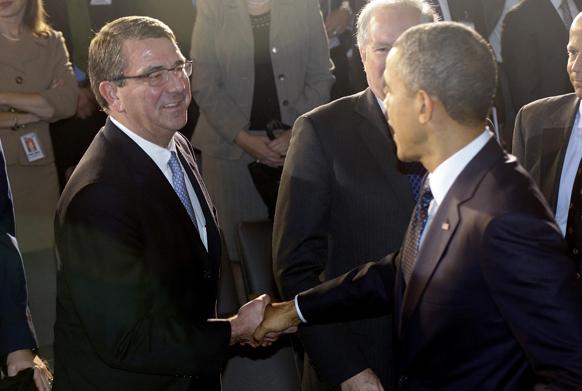 वाशिंगटन में रक्षा उप मंत्री से हाथ मिलाते राष्ट्रपति बराक ओबामा।