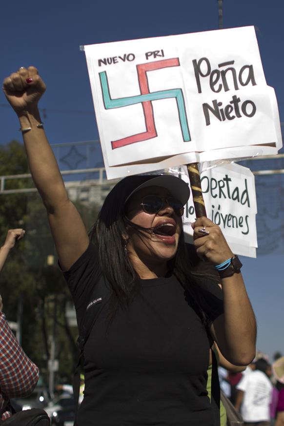 रविवार को प्रदर्शन के दौरान गिरफ्तार अपने साथियों की रिहाई के लिए मेक्सको सिटी में रैली निकालते प्रदर्शनकारी।