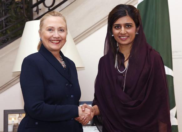 ब्रसेल्स में पाकिस्तान की अपनी समकक्ष हिना रब्बानी खार से हाथ मिलातीं अमेरिका की विदेश मंत्री हिलेरी क्लिंटन।