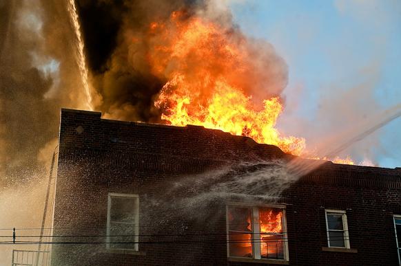 न्यू जर्सी स्थित एक इमारत में लगी भीषण आग। आग से किसी के हताहत होने की सूचना नहीं है।