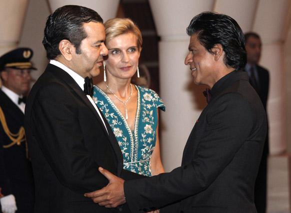 मराकेश इंटरनेशनल फिल्म फेस्टिवल में शिरकत करने पहुंचे बॉलीवुड अभिनेता शाहरूख खान मोरक्को प्रिंस मॉली राचिड का अभिवादन स्वीकार करते हुए।
