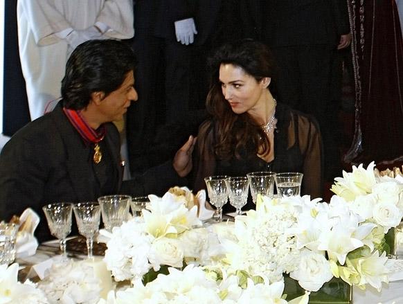मराकेश इंटरनेशनल फिल्म फेस्टिवल में बॉलीवुड अभिनेता शाहरूख खान इटालियन अभिनेत्री मोनिका बेलुसी से बात करते हुए।