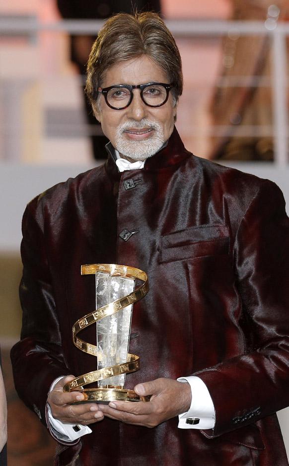 मराकेश इंटरनेशनल फिल्म फेस्टिवल में बॉलीवुड अभिनेता अमिताभ बच्चन ट्रॉफी के साथ।