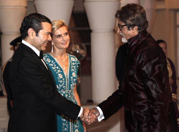 मराकेश इंटरनेशनल फिल्म फेस्टिवल में शिरकत करने पहुंचे बॉलीवुड अभिनेता अमिताभ बच्चन मोरक्को प्रिंस मॉली राचिड का अभिवादन स्वीकार करते हुए।