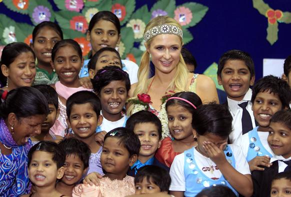 पेरिस हिल्टन भारत दौरे पर मुंबई में अनाथ बच्चों के साथ।