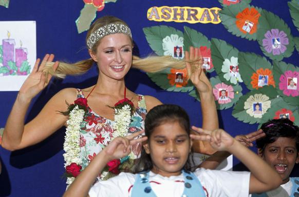 अमेरिकी सेलिब्रिटी पेरिस हिल्टन भारत दौरे पर मुंबई में अनाथ बच्चों के साथ।