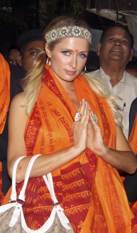 अमेरिकी सेलिब्रिटी पेरिस हिल्टन भारत दौरे पर मुंबई में सिद्धिविनायक मंदिर जाकर गणपति बप्पा का दर्शन की।