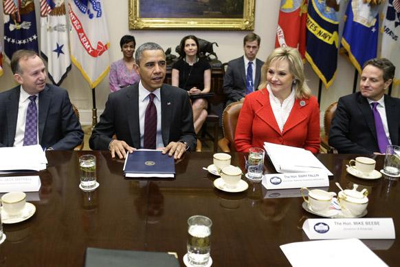 व्हाइट हाउस के रुजवेल्ट कक्ष में नेशनल गवर्नर्स एसोसिएशन द्वारा आयोजित मुलाकात कार्यक्रम में अमेरिकी राष्ट्रपति बराक ओबामा।